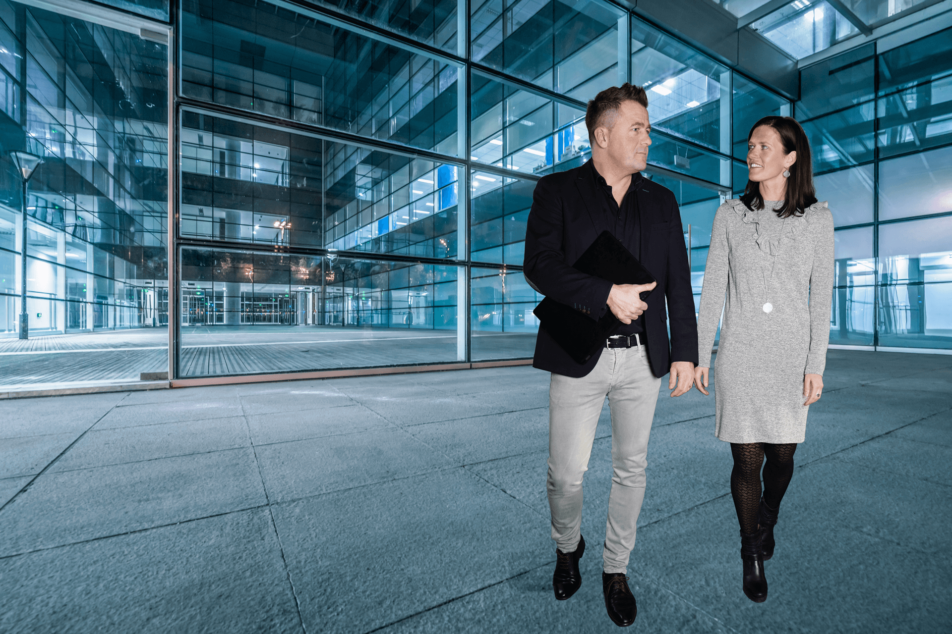 Bernhard und Sabrina Altschäffel vor einem Glasgebäude